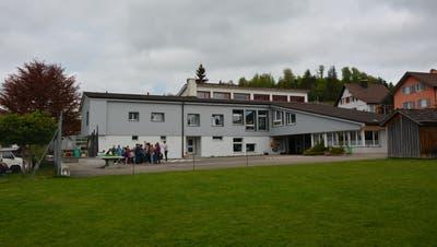 Der Schulbetrieb im Dietschwiler Schulhaus ist für die kommenden vier Jahre sichergestellt. (Bild: Beat Lanzendorfer)