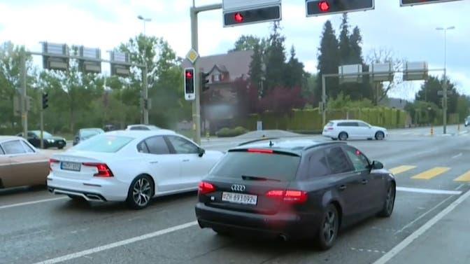 18-Jähriger rast und baut Unfall, Polizei kracht in sein Auto