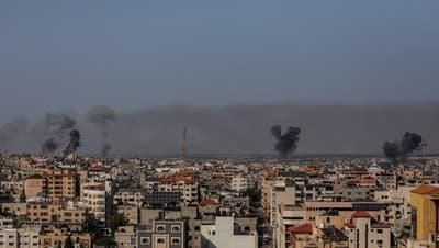 Rauchsäulen über Gaza-Stadt: Israel reagierte mit Luftangriffen auf die Raketen aus Gaza. (EPA/Keystone)