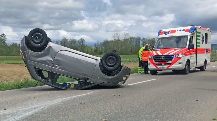 Nachdem das Auto einer 58-Jährigen in einen Baum prallte, kam es schliesslich auf dem Dach zum Stillstand. (Bild: Kantonspolizei Thurgau)
