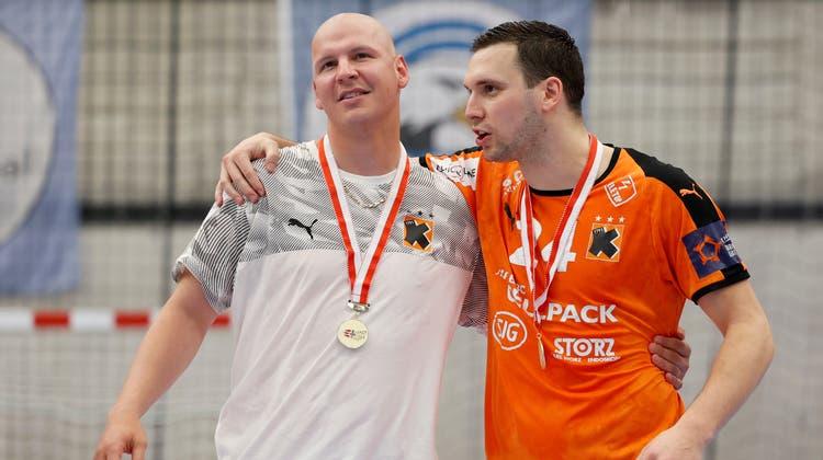 Dimitrij Küttel (links) mit Kadetten-Teamkollege Nik Tominec nach dem Triumph im Cupfinal am 8. Mai. (Bild: Marc Schumacher / freshfocus)