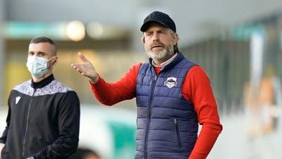 Stephan Keller (links) darf in Thun seine Mannschaft von der Seitenlinie aus unterstützen. (Freshfocus)