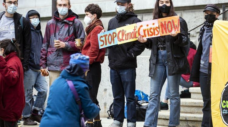 Solidaritätskundgebung vom Collective Climate Justicevor dem Zürcher Volkshaus für die angeklagten Aktivisten. (Keystone)