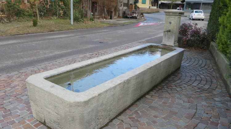 Der grosse Dorfbrunnen in Zufikon im alten Dorfkern. (Marc Ribolla (14. Februar 2020))