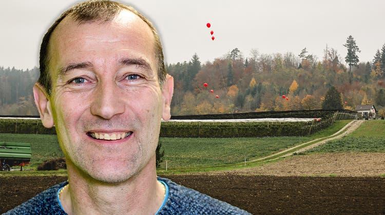 In der Höhe der roten Ballone hätte der Aushub zu liegen kommen können: Das zeigte die Aktion der IG Nein zur Aushubdeponie Steindler/Teufermoos in Würenlos (7. November 2020). (zvg)