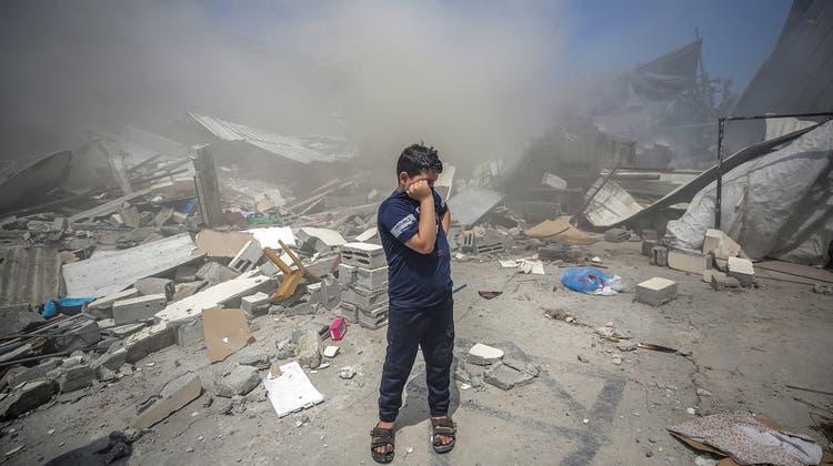 Ein palästinensischer Junge inmitten von Trümmern in Gaza. (Keystone)