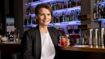 Ist ein Drink ohne Alkohol noch ein Drink? Klar! Im «Oscar One» in Aarau trinkt unsere Autorin einen Virgin Milano Torino, der unter anderem mit alkoholfreiem Martini zubereitet wird. Sieht aus wie echt, schmeckt (fast) wie echt. (Bild: Severin Bigler)