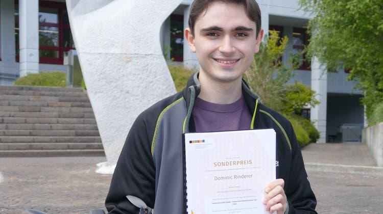 Stolz auf sein Projekt, für das er eine Bestnote und einen Sonderpreis erhalten hat: Dominic Rinderer vor dem BZB. (Bild: Esther Wyss)