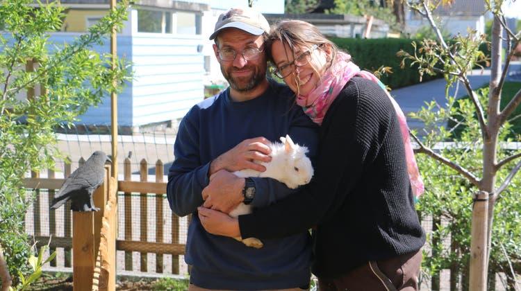 Reto und Martina Gschwend haben sich die Pflege von Kleintieren auf ihrem GnadenhofTierparadies zur Lebensaufgabe gemacht. (Dennis Kalt/Aargauer Zeitung)