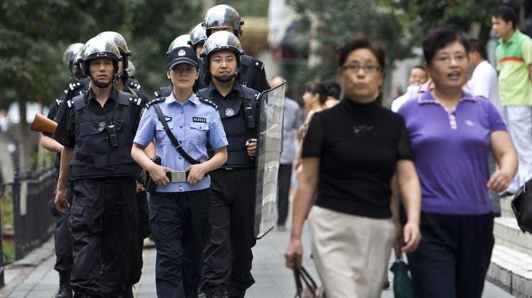 Polizeipräsenz in der Xinjiang-Provinz. Angehörige der ethnischen Minderheit der Uiguren sollen Zwangsarbeit für grosse westliche Tech-Konzerne geleistet haben. (Archivbild) (EPA)