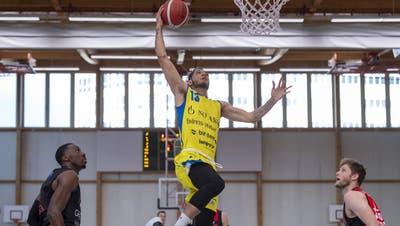 Sebastien Davet von den Starwings wirft einen Korb waehrend des Spiels der Swiss Basketball League zwischen Starwings Basket und den Lions de Geneve in der Sporthalle in Birsfelden, am Freitag, 14. Mai 2021. (KEYSTONE/Georgios Kefalas) (Georgios Kefalas / KEYSTONE)