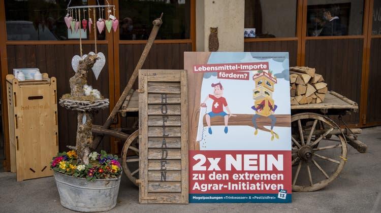 Ein Plakat steht bei einem Hofladen. Wie diese Bauern will auch Christoph Hagenbuch, dass die beiden Agrarinitiativen am 13. Juni abgelehnt werden. (Bild: Keystone)