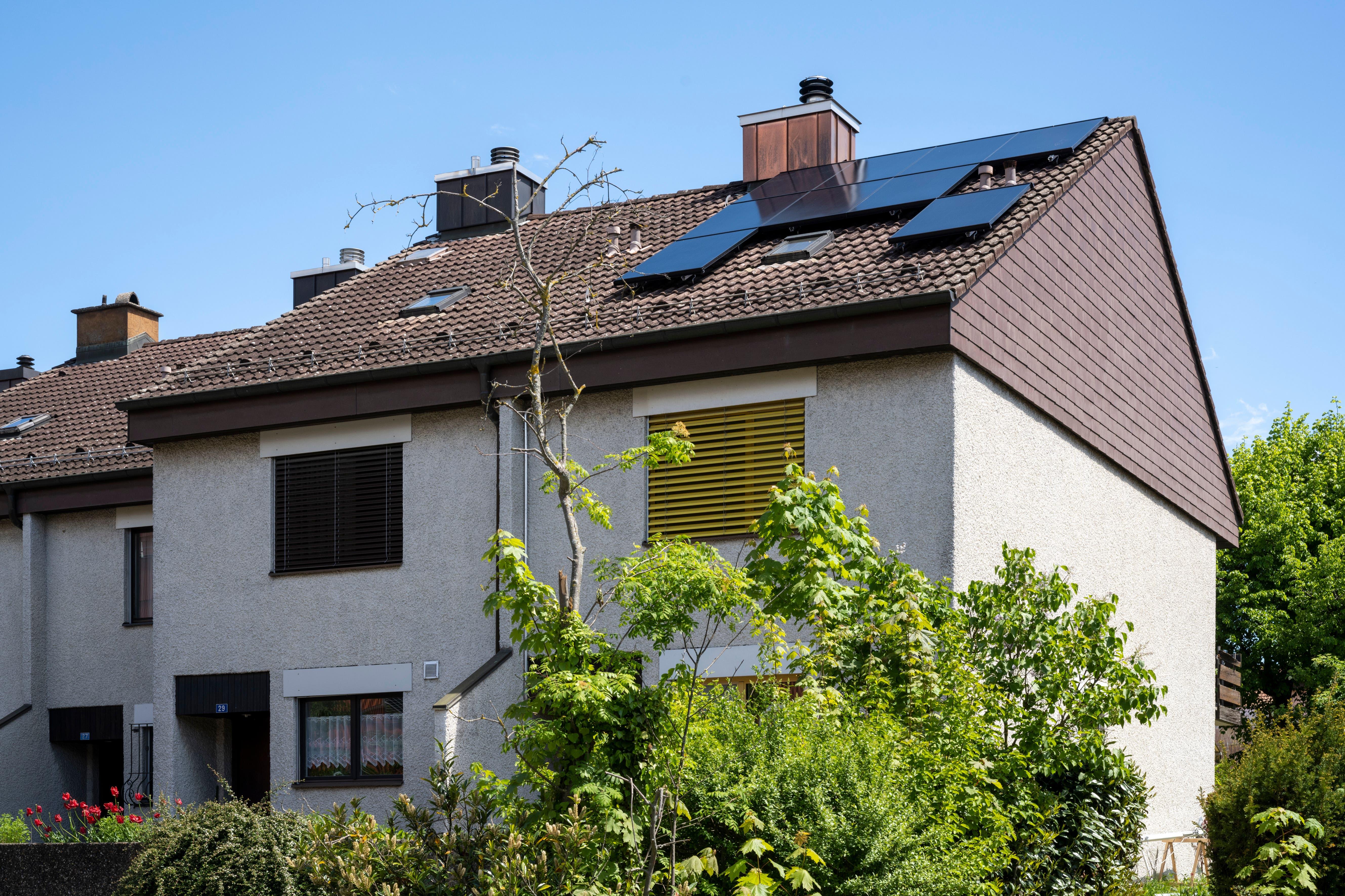 Die Solarpanels auf Christian Schütz' Hausdach sind nach Westen und Osten ausgerichtet. Trotzdem kann er den Strombedarf seiner Familie damit decken.