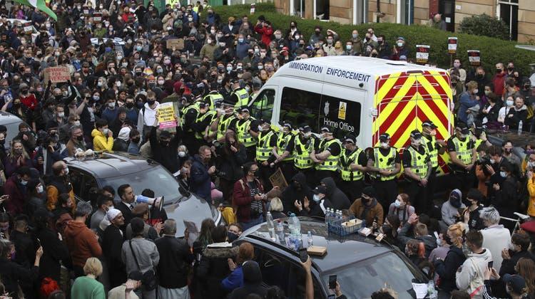 In Glasgow stoppen Hunderte Protestierende eine Abschiebung ihrer Nachbarn