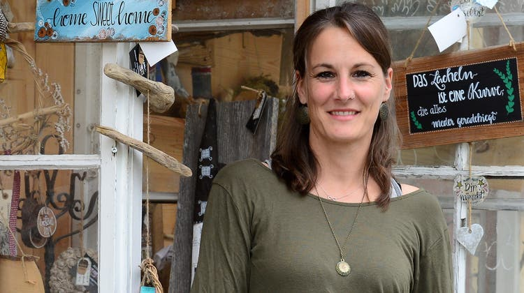 Moni Schmid verkauft ihre Dekoartikel im Hofladen«AllerlEi». (Marc Dahinden)