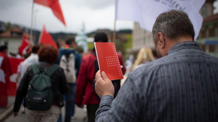 Mit Kuhglocken gegen die Corona-Massnahmen: Am Samstag demonstrierten in Urnäsch rund 500 Personen. (Bild: Benjamin Manser (Urnäsch, 15. Mai 2021))