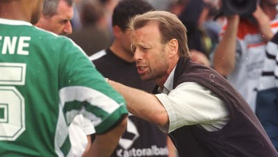 Motivierende Worte vor der Verlängerung: St.Gallens Trainer Roger Hegi im Cupfinal gegen Lausanne, der letztlich im Penaltyschiessen verloren ging. (Bild: Rainer Bolliger (Bern, 1. Juni 1998))
