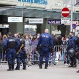 Die Polizei war am Samstag schon ab dem Vormittag präsent, um Menschenansammlungen zu verhindern. (Keystone)