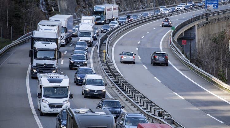 Am Sonntagmittag braucht es vor dem Gotthard erneut Geduld. (Symbolbild) (Keystone)