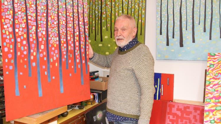 Ettore Antonini inmitten seiner Wald-Bilder im Atelier in Rheinfelden. (Peter Schütz)