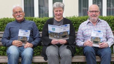 Die Schinznacher Dorfchronik «Die Nachlese 2020» ist da. Das Redaktionsteam – Armin Käser-Lüscher, Elisa Landis und Fritz Amsler (von links) – freut sich sehr, sucht aber dringend neue Redaktoren. (Bild: Ina Wiedenmann)