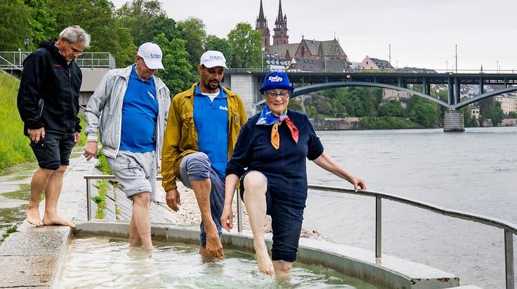 Die Mitglieder des Kneippvereins Basel steigen ins kalte Wasser. (Kenneth Nars)