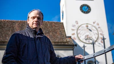 Martin Rutschmann, Präsident der Evangelischen Kirchgemeinde Märstetten vor der Kirche, die mitten im Dorf steht. (Bild: Reto Martin (Märstetten, 17. März 2021))