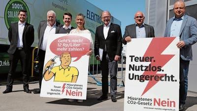Das sich aus Politikern, Unternehmern und Gewerbetreibenden zusammensetzende Komitee «Nein zum CO2-Gesetz» zeigt Flagge bei seiner Medienkonferenz in Frauenfeld.