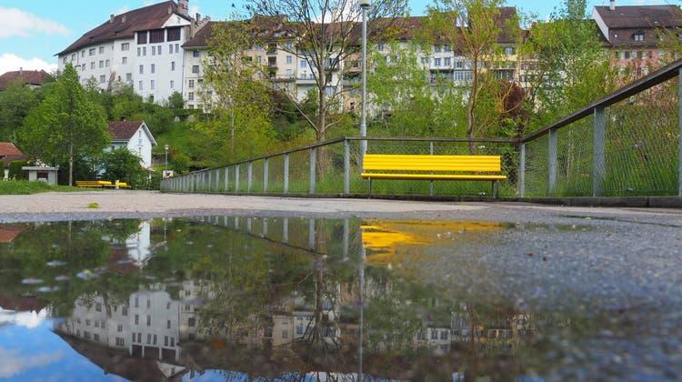 Zweimal die Wiler Altstadt: Oben das Original, unten das Spiegelbild. (Bild: Jörg Roth)