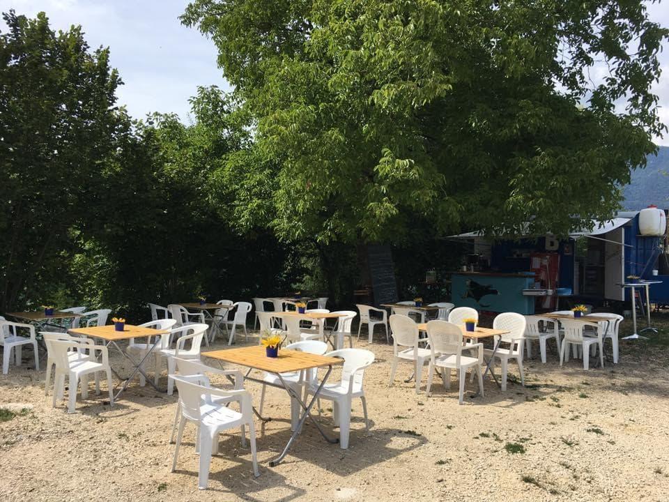 Die Sommerbeiz in Nennigkofen mit Tischen und Stühlen.