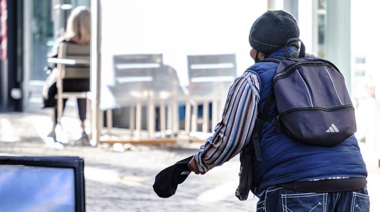 Ein Bettler in der Basler Innenstadt. (Bild: Kenneth Nars)