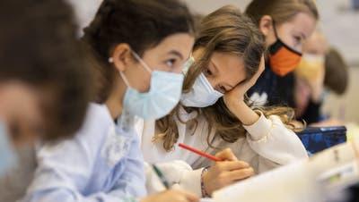 Schulkinder tragen im Unterricht Masken. (Ennio Leanza / Key)
