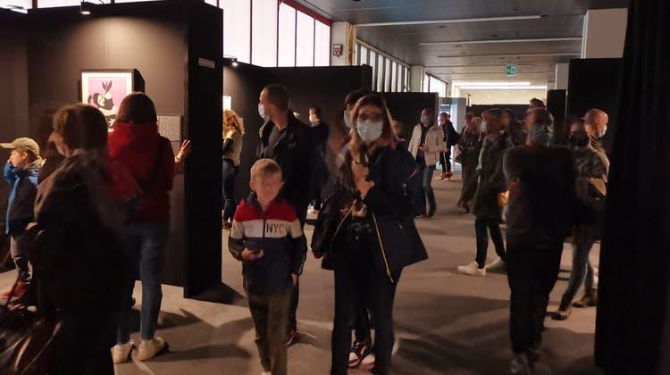 Dicht gedrängt: Die Besucherinnen und Besucher der Banksy-Ausstellung in der Messehalle in Basel können die nötigen Abstände kaum einhalten. (Bild: sil)