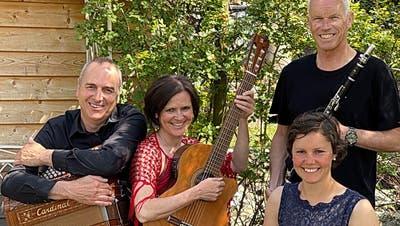 Das Quartett ist auf allen Kontinenten zu Hause: Markus Nauer, Klavier und Akkordeon, Andrea Steger, Gesang und Gitarre, Lydia Scheuss, Hackbrett, und Beat Inderbitzin, Flöte und Klarinette. (Bild: PD)