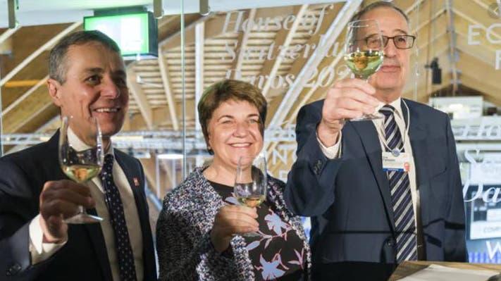 Wollen den WEF-Kongress in der Schweiz behalten: Bundespräsident Guy Parmelin (rechts), Bundesräte Ignazio Cassis und Viola Amherd (hier am WEF 2019 im House of Switzerland der Davoser Eishalle). (Foto: Mathias Marx/CH Media)