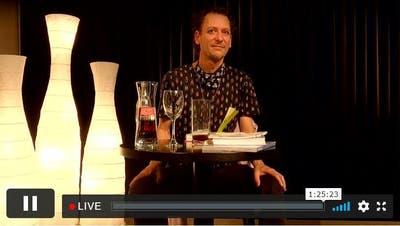 Christoph Schneeberger vergangene Woche im Literaturhaus - und dank Streaming auch auf dem Bildschirm. (Screenshot Webseite Literaturhaus)