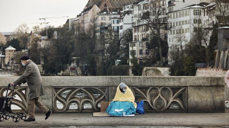 Ein Bild, das niemand mehr sehen will: Ein Bettler auf der Mittleren Brücke. (Bild: Roland Schmid (20. Januar 2021))