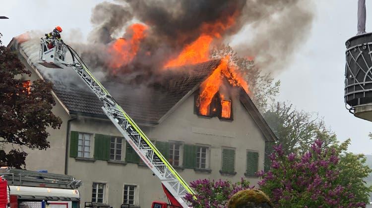 So sah es Am Sonntagnachmittag aus, als das ehemaliges Restaurant Rössli in Vollbrand stand. (Mani Pfulg / Leserreporter)