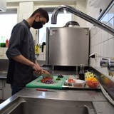 Lehrstelle gefunden: Lernen in einer Restaurantküche (Pascal Bruhin / Aargauer Zeitung)