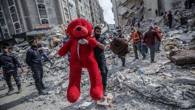 Mehr als 200 Menschen kamen seit dem vergangenen Montag im Heiligen Land ums Leben. In Gaza-Stadt zogen Helfer einen Teddy-Bären aus den Trümmern eines eingestürzten Hauses. (Foto: EPA)