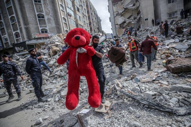 Mehr als 200 Menschen kamen seit dem vergangenen Montag im Heiligen Land ums Leben. In Gaza-Stadt zogen Helfer einen Teddy-Bären aus den Trümmern eines eingestürzten Hauses.