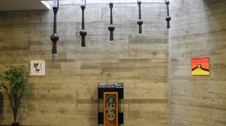 Die Glockenklöppel waren zwischen 1967 und 2020 im Einsatz. Die elektromechanische Uhr steuerte bis 1999 alle Uhrwerke der Kirche. (Daniel Vizentini)