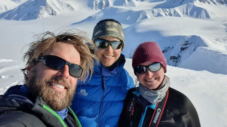 In der kargen Wildnis:Christian Bruttel, Fabienne Meier undSylvia Gross sind zurzeit auf einer Expedition durch Spitzbergen. Hier stehen sie auf dem Newtontoppen, der mit 1713 Meter über Meer der höchste Berg der Inselgruppe ist. (zvg)
