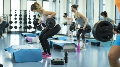 Seit einem Monat kann wieder im Fitnesscenter trainiert werden – finanziell lohnt sich das für die Betreiber weniger. (Bild: Gaëtan Bally/Keystone)