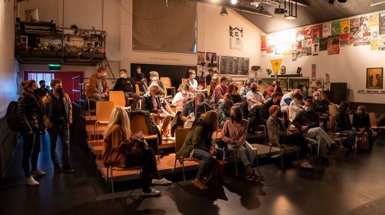 Im Publikum herrscht Freude, man kommt mit Maske und in kleinem Kreis, wie hier bei der Tanztheaterpremiere «Doxs» am 27. April in der St.Galler Grabenhalle. (Bild: Arthur Gamsa)