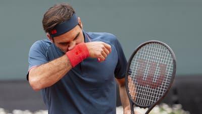 Roger Federer verliert bei seinem Sand-Comeback in Genf. (Keystone)
