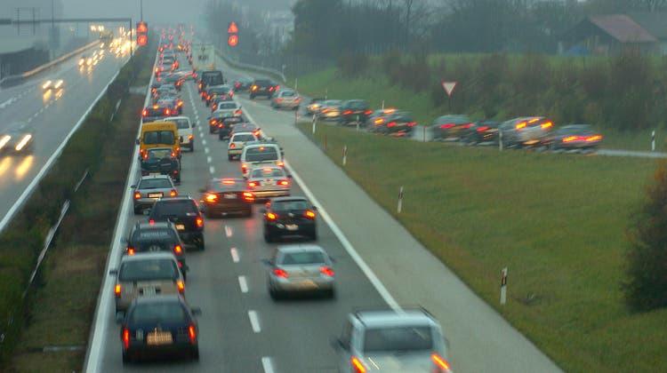 Bei Nyon auf der Autobahn A1 ist eine junge Frau von mehreren Fahrzeugen angefahren und getötet worden. (Archivbild) (Eddy Mottaz)