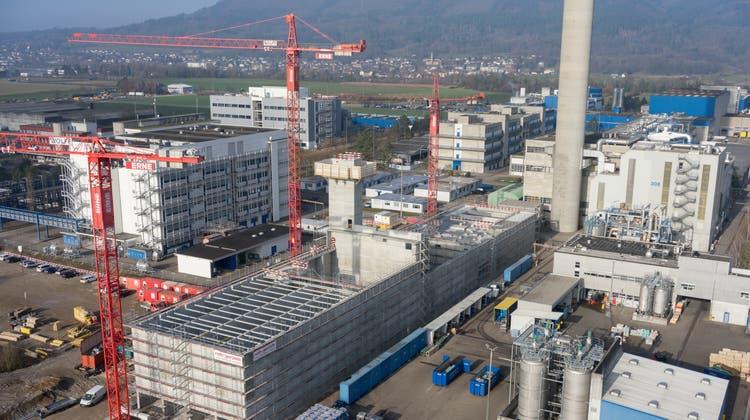 Der Kanton beabsichtigt, die Flächen möglichst rasch an Firmen zu verkaufen, die sich ansiedeln wollen. Hier das Holzheizkraftwerk im Bau 2017. (Foto Basler Aarau/zvg)