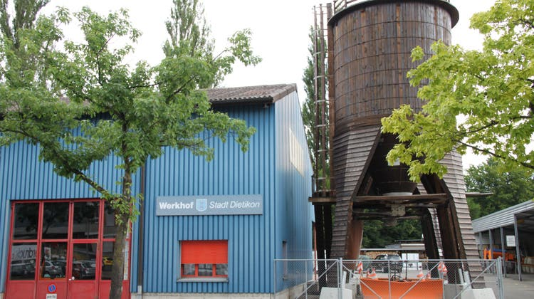 Die beiden Holzsilos beim Dietiker Werkhof an der Heimstrasse fassen zusammen 150 Tonnen Auftausalz. (Sarah Serafini)