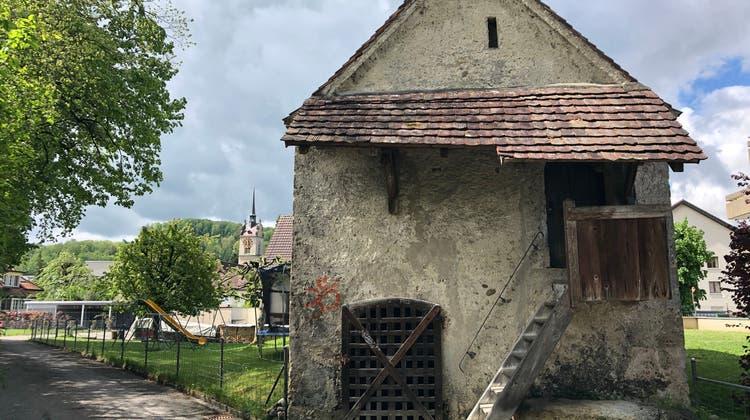 Bis zum Unglück 1661 stand die Kirche zwischen Beinhaus (im Bild) und dem Pfarrhaus. Die Nachfolgerin (links im Bild) wurde auf stabilerem Grund gebaut. (Foto: Katja Schlegel / Aargauer Zeitung)